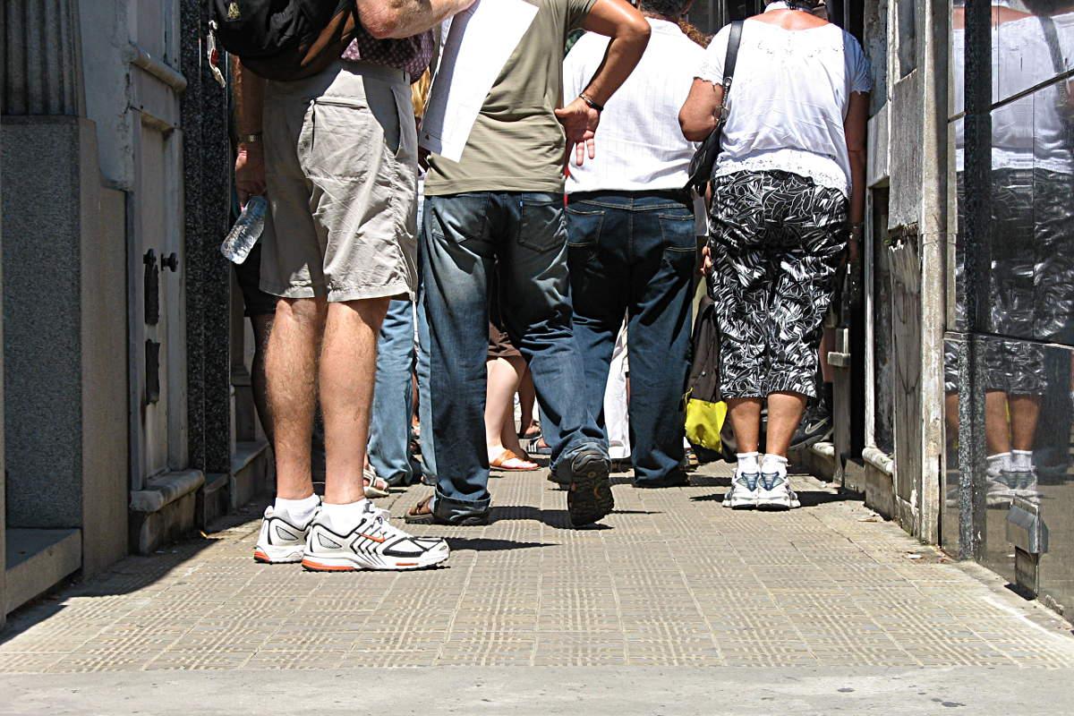 Touristen vor dem Grab von Eva Peron auf dem Friedhof von Recoleta, Buenos Aires