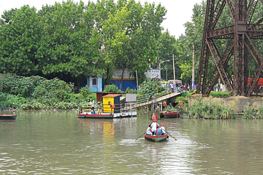 Eine kleine Ruderbootfähre bringt die Menschen über den Fluss.