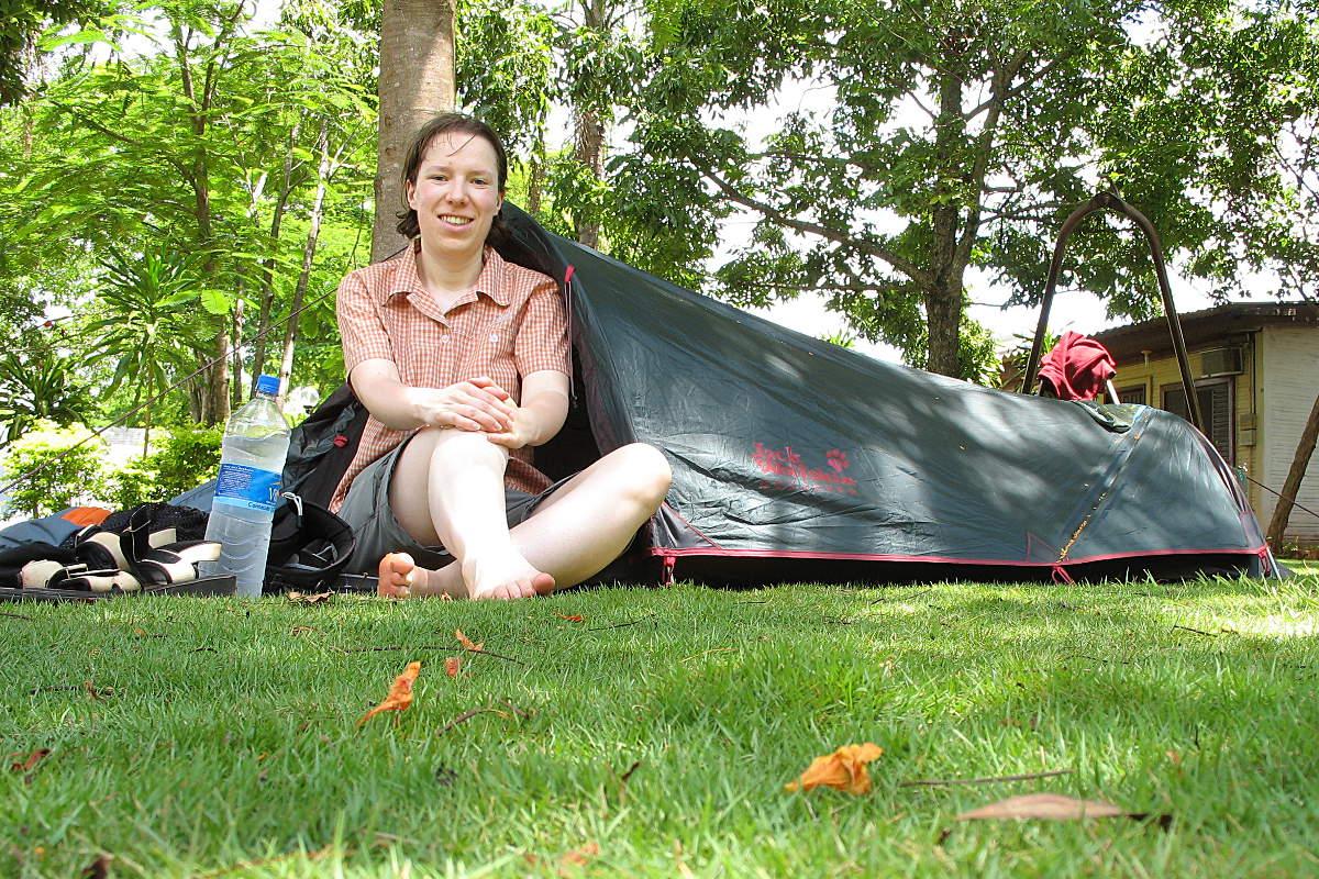 Ich vor meinem kleinen Jack Wolfskin Zelt während meiner Weltreise
