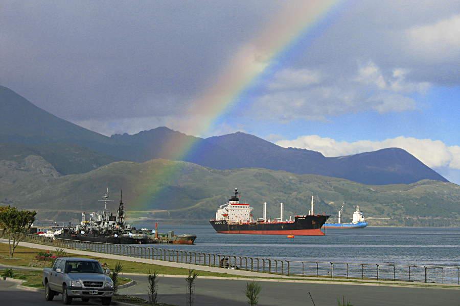 Ein Regenbogen über dem Hafen von Ushuaia