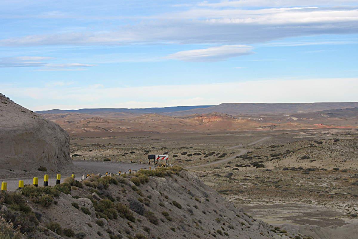 Typische Piste mit typischer Landschaft entlang der Ruta 40 von San Carlos de Bariloche nach El Calafate