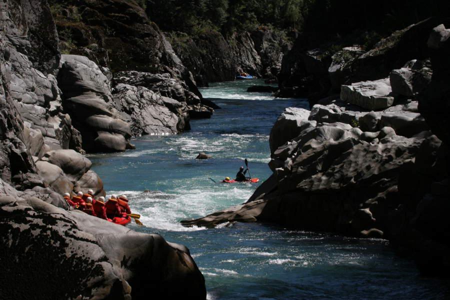 Nach dem Kentern werden die einzelnen Paddler wieder eingesammelt - von anderen Booten und dem Safety Kayak.