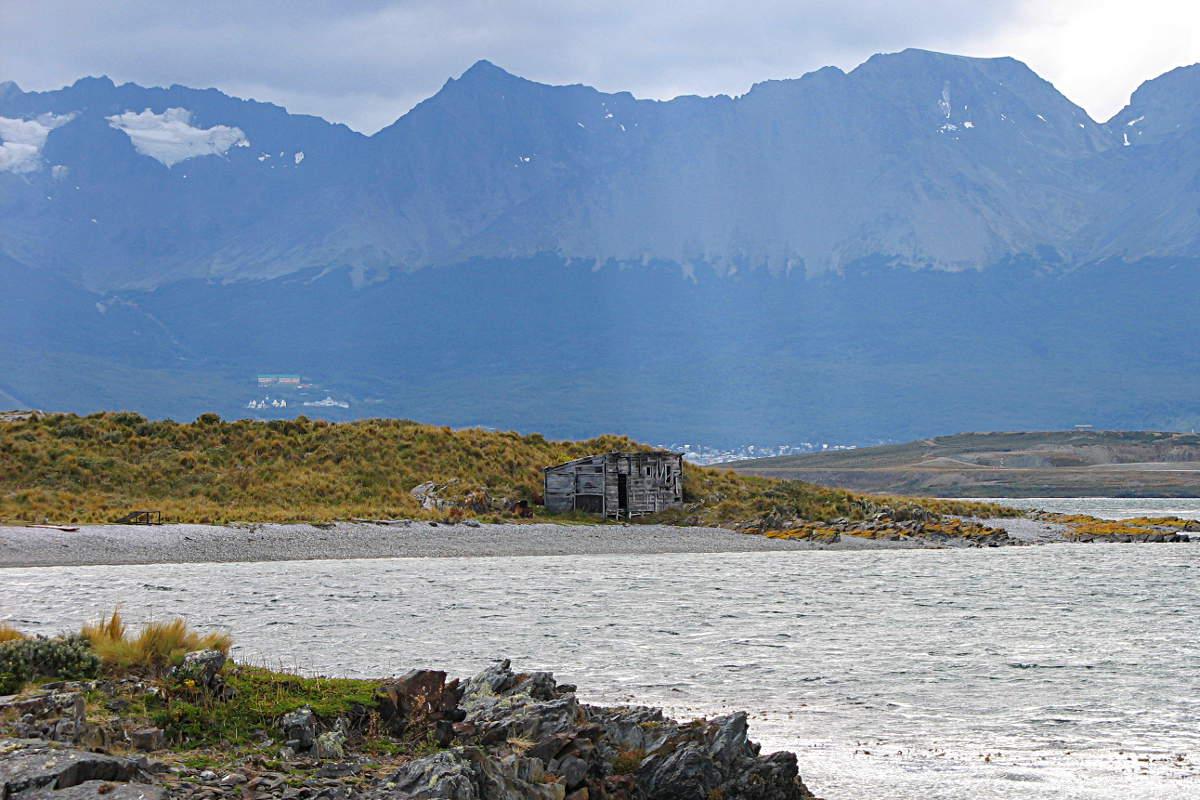 Kleine Schutzhütte auf einer Insel im Beagle Kanal vor Feuerland