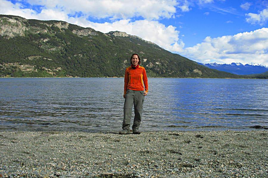 Noch mit langen Haaren am Seeufer im Nationalpark von Feuerland