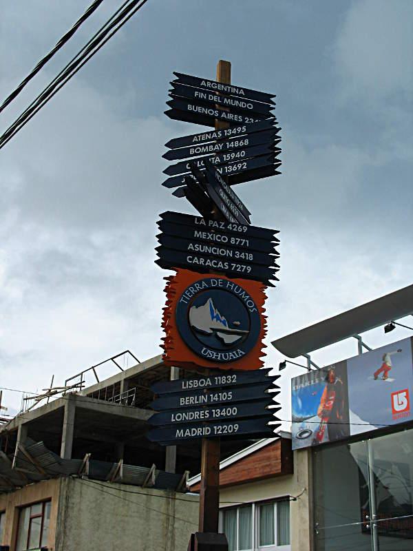 Wegweiser in den Straßen von Ushuaia - sollte ich jemals weiter von zuhause entfernt sein?
