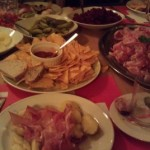 Prall gefüllter Tisch am Raclette-Abend