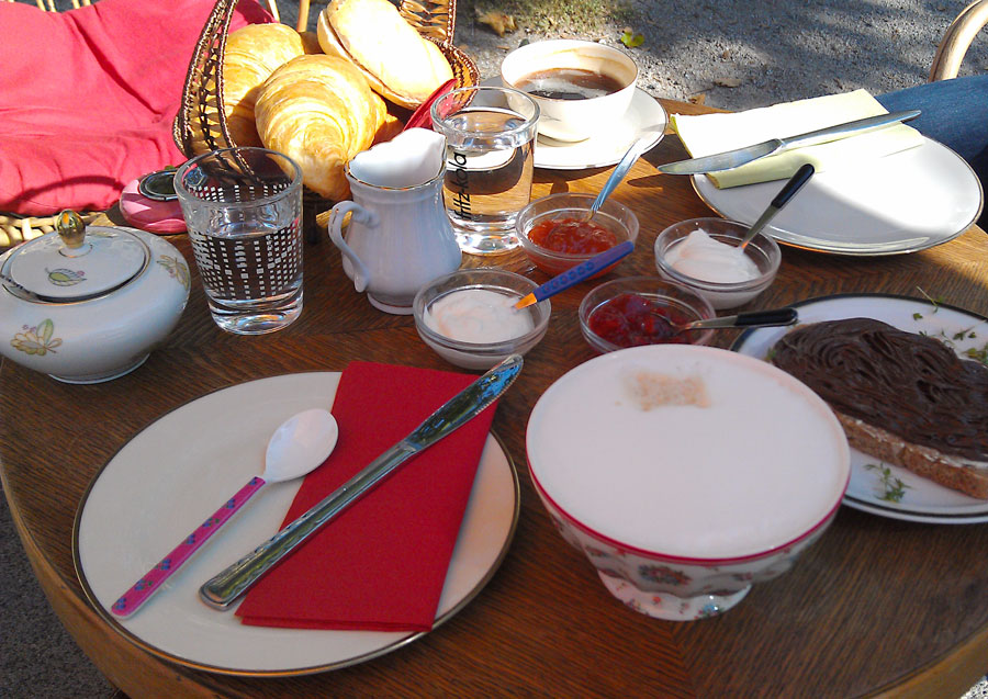 Gedeckter Frühstückstisch im Café Glücklich in Bremen
