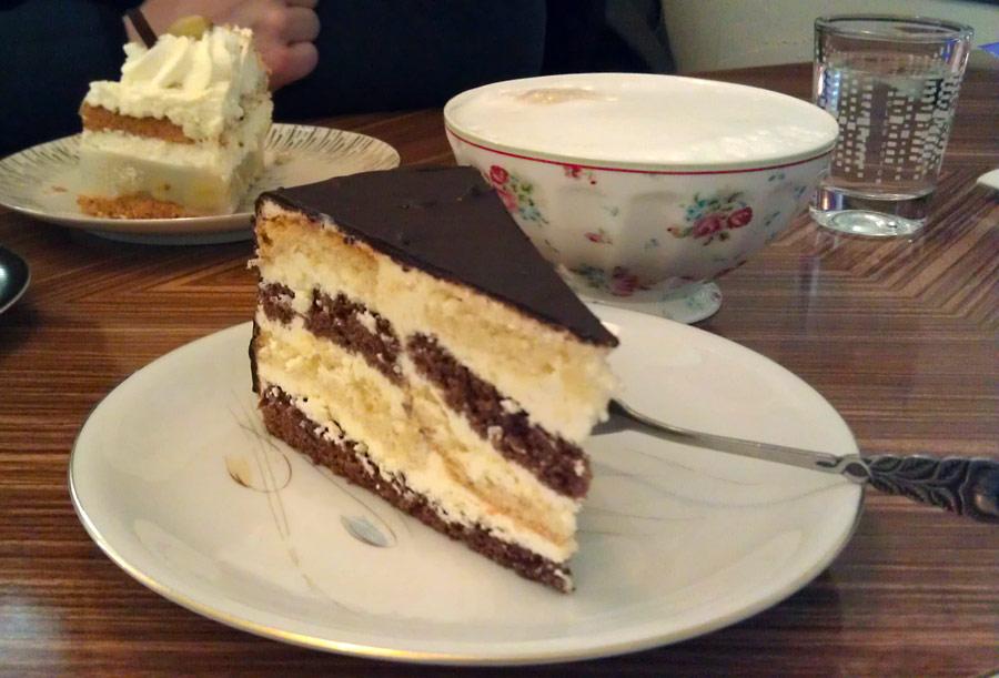 Eine der leckeren Torten im Café Glücklich in Bremen