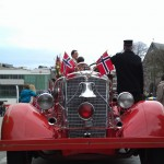Zum norwegischen Nationalfeiertag geschmücktes Feuerwehrauto in Stavanger
