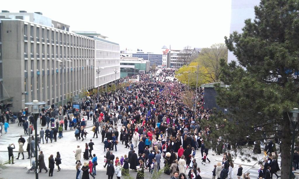 Menschenmenge bei den Paraden zum Nationalfeiertag in Stavanger