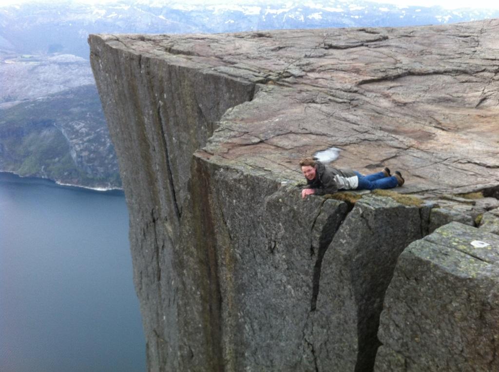 Auf dem Bauch liegend robbte ich mich an die Kante vom Preikestolen, um 600 m in die Tiefe zu schauen