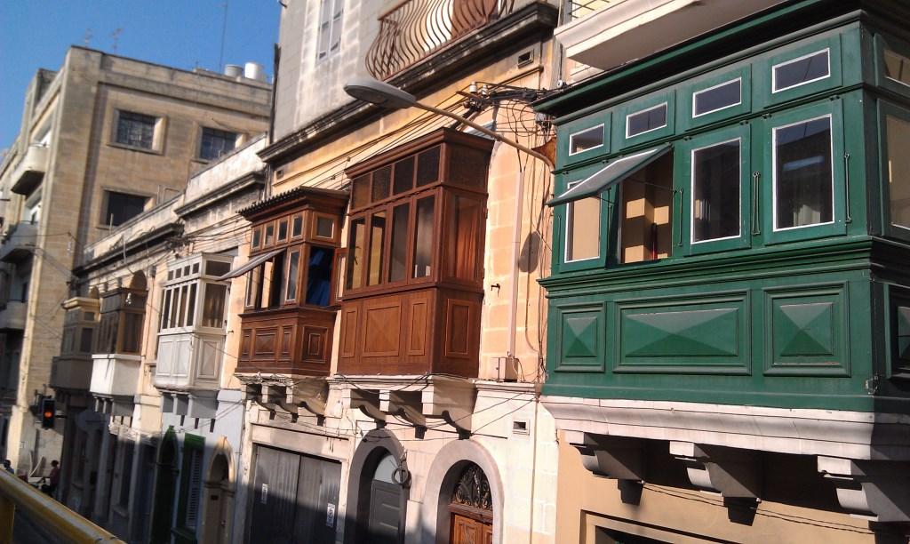 Alte Barock-Balkone in den Straßen von Sliema auf Malta