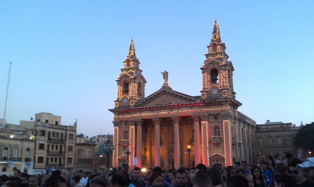 Beleuchtete Kirche beim Isle of MTV auf Malta
