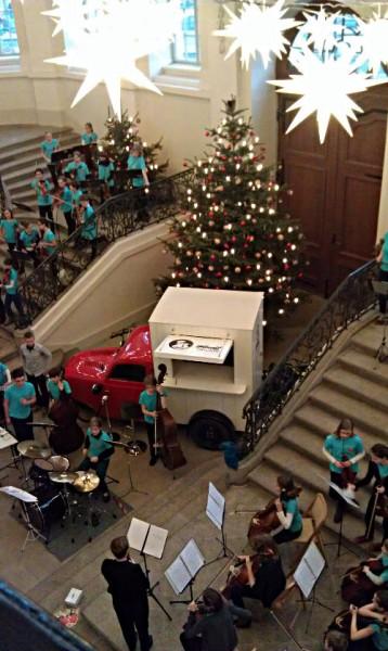 Die Bogenschützen spielen Weihnachtslieder im Treppenhaus des Stadtmuseums Dresden