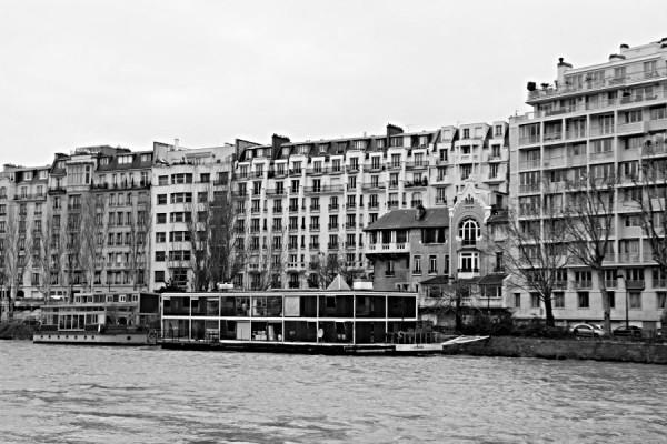 Häuser und Hausboote an der Seine in Paris
