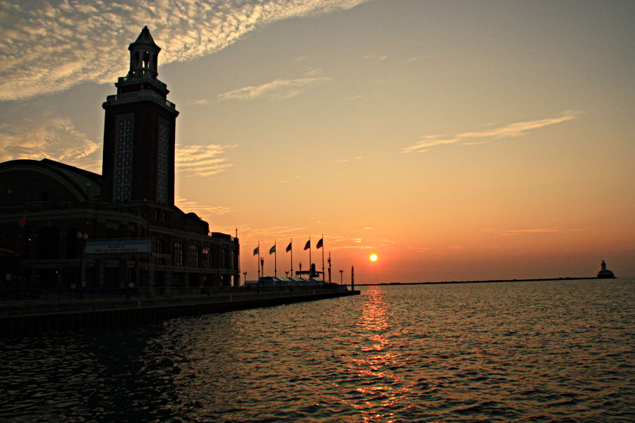 Sonnenaufgang am Chicago Pier am Lake Michigan