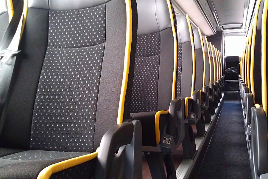 Die Sitzreihen im ADAC Postbus