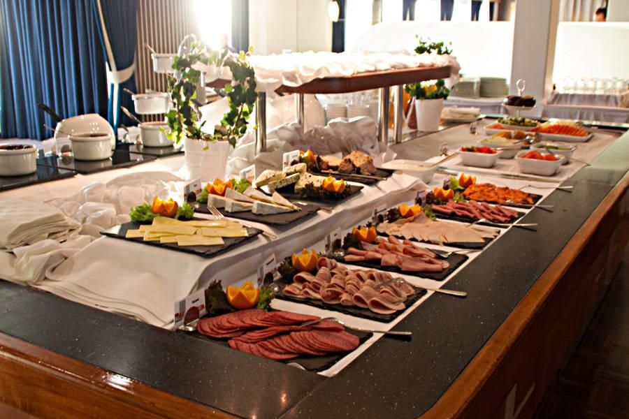 Das Frühstücksbuffet auf Deck 8