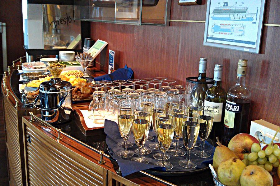 Das Snack-Buffet mit Getränken in der Commodore Deluxe Lounge an Bord der King Seaways