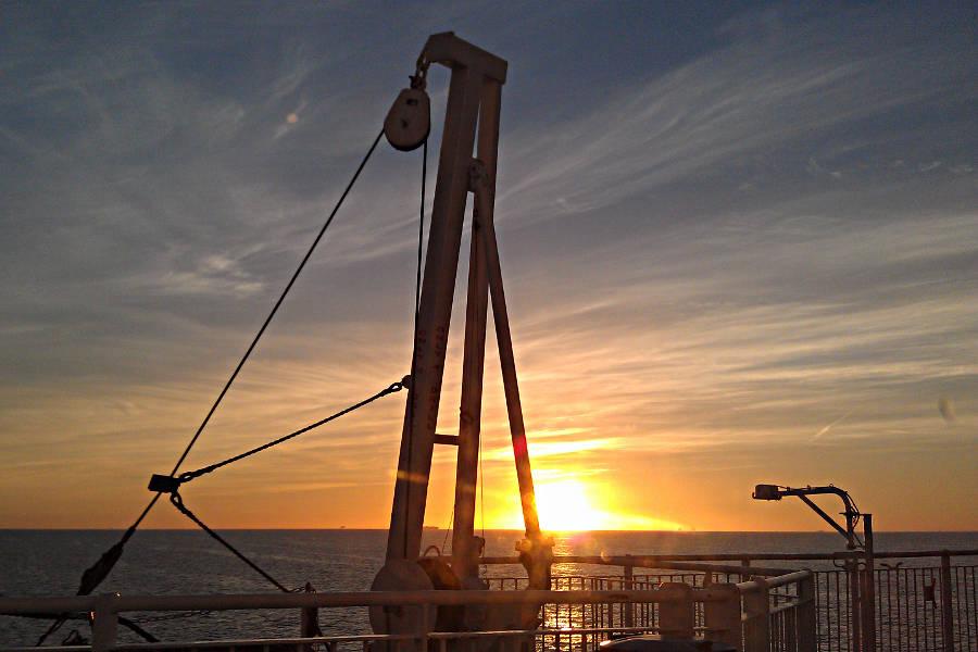 Sonnenaufgang an Bord der King Seaways - Gesehen aus unserem Kabinenfenster