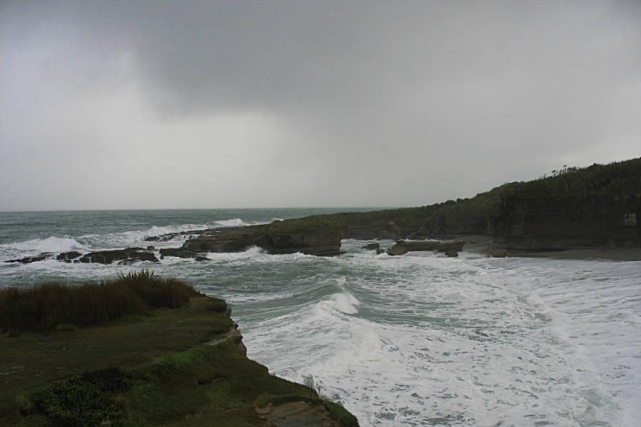 Der Pazifik an der neuseeländischen Küste, in der Nähe von Punakaiki