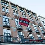 Das Hotel Amsterdam De Roode Leeuw von Außen, direkt am Damrak