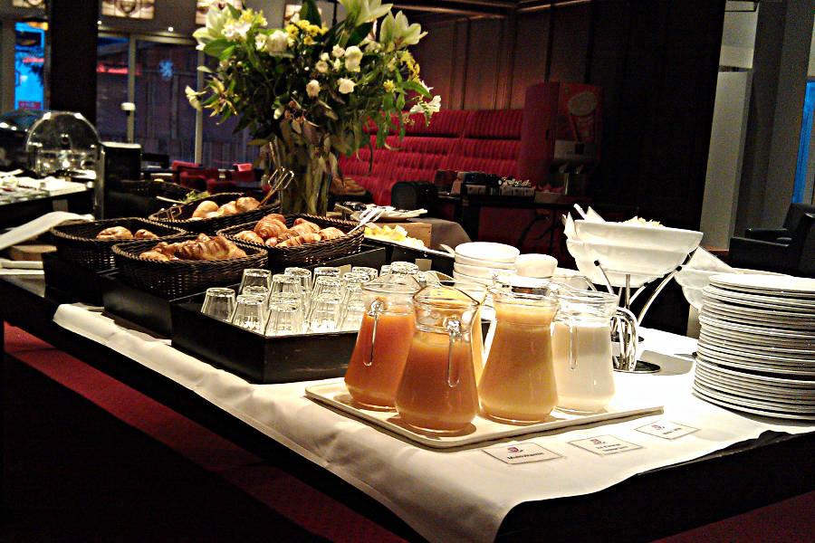 Das Frühstücksbuffet im Hotel mit frischen Säften und Croissants