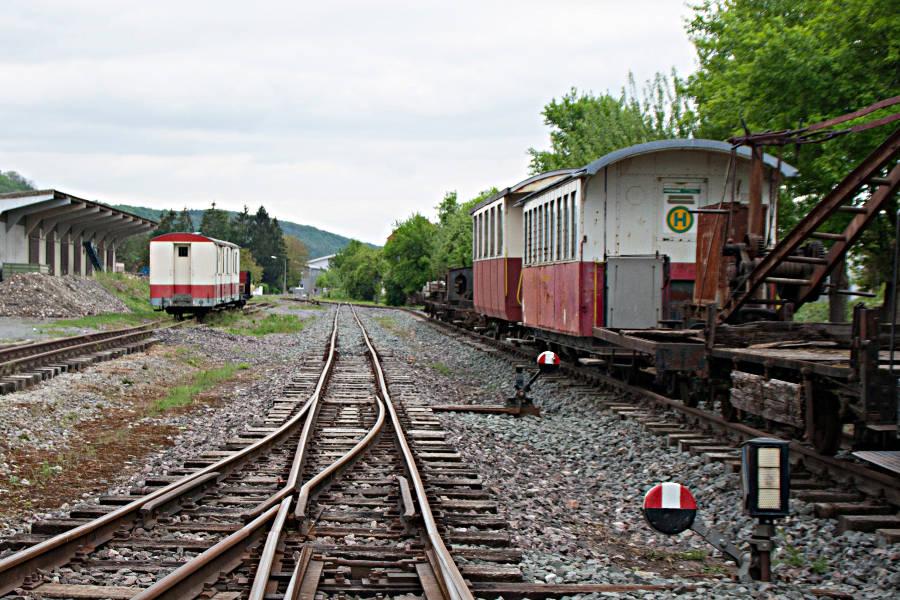 Alte Waggons auf den Gleisen des Bahnhofs Dörzbach