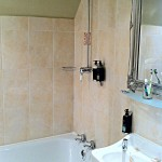 Die Badewanne mit Duschkopf im Hotel Lumley Castle