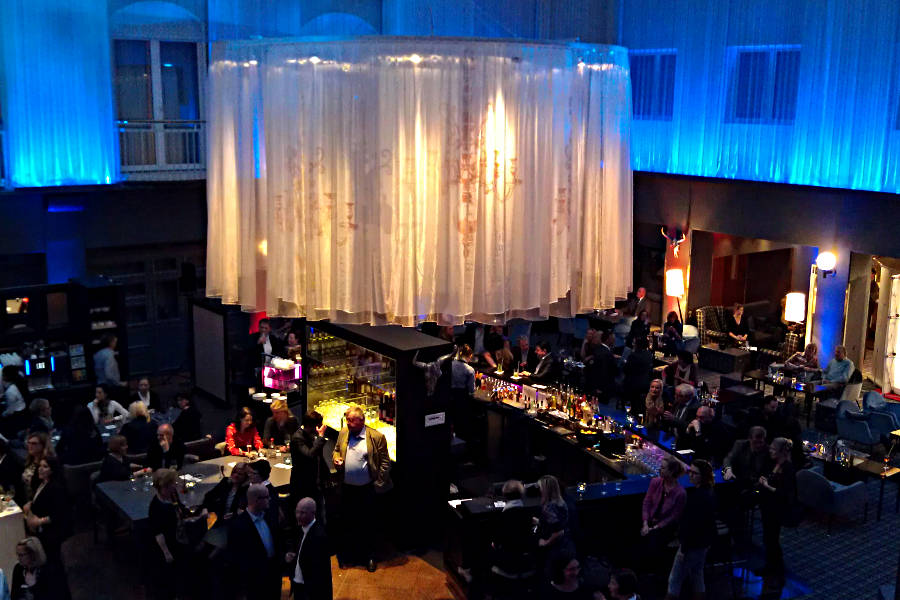 Die Lobby des Radisson Blu Hotel Bremen mit Bar von oben gesehen