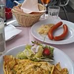 Mein Omelette und Elkes Würstchen im Café Prückel Wien