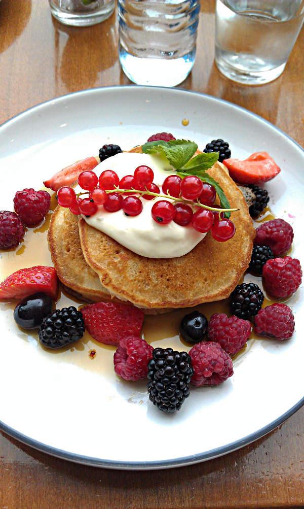 Pancakes mit Beeren im Café Motto am Fluss in Wien