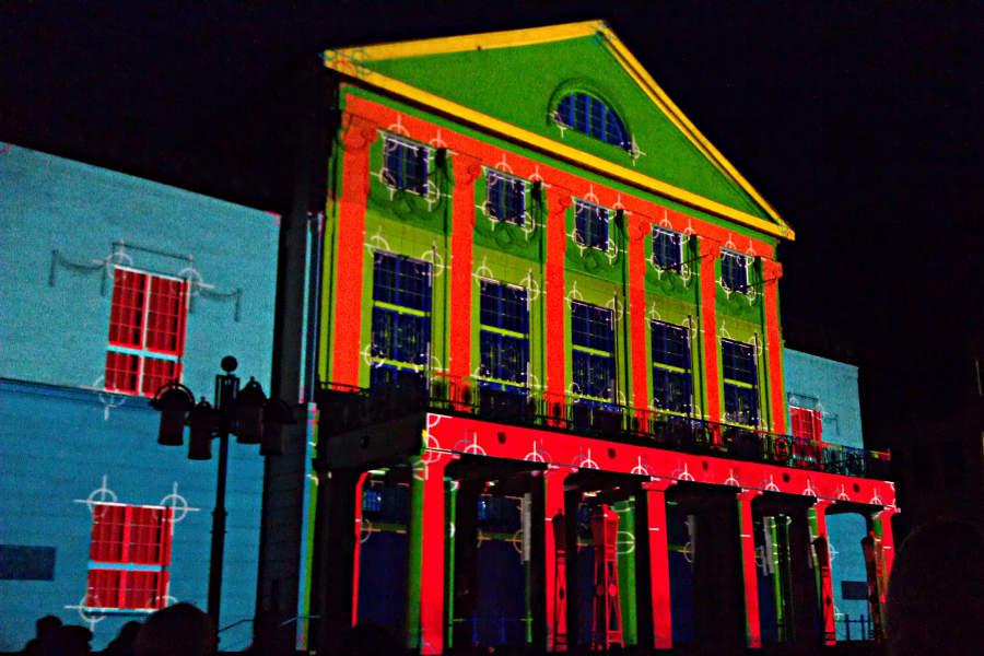 Zum Auftakt des zweiten Abends leuchtete die Fassade des DNT in herrlich bunten Farben.