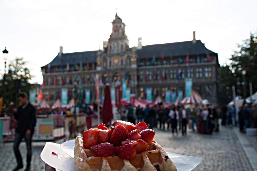 Belgische Waffel mit Erdbeeren vor dem Rathaus von Antwerpen