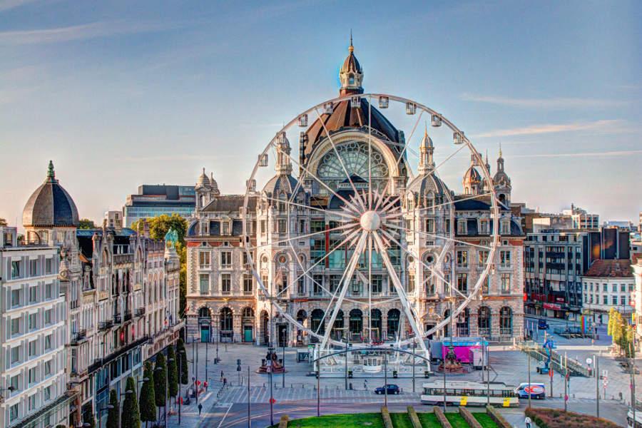 Blick aus unserem Hotelzimmer auf das Riesenrad vor dem Bahnhof von Antwerpen