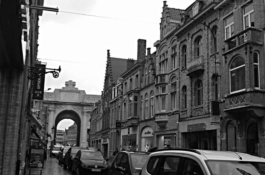 Straße in Ypern mit Blick aufs Menintor