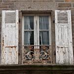 Das Fenster eines Hauses, das in Le Conquet zum Verkauf steht