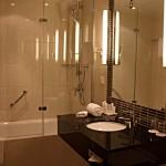 Waschbecken, Badewanne, Regenwalddusche im Bad