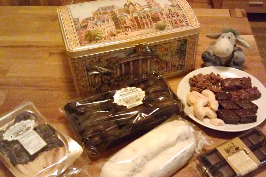 Die Jubiläums-Truhe vom Spezialitäten-Haus G. Schultheis - mit hübschen Motiven und prall gefüllt mit 2 kg Leckereien