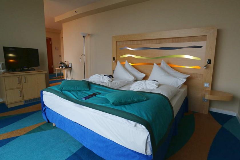 Bademäntel direkt auf dem Zimmer - Standard im Business Class Zimmer im Radisson Blu Hotel Rostock