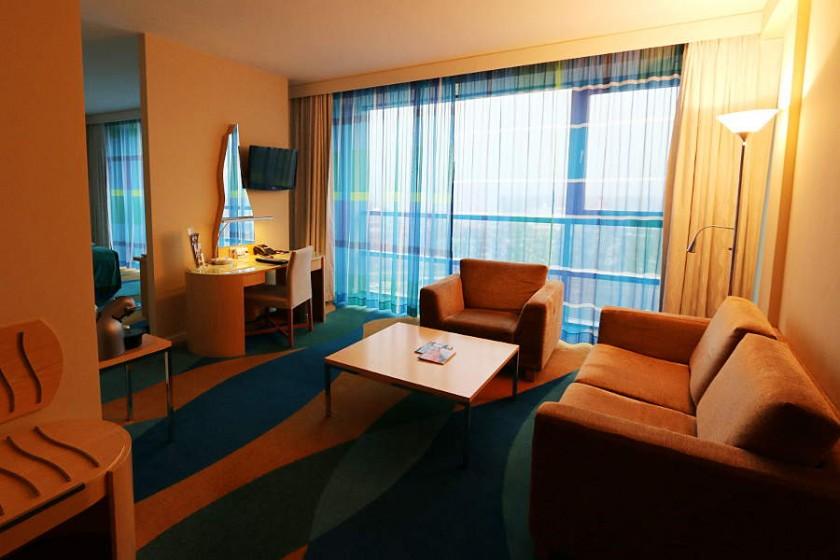 Wohnzimmerbereich im Business Class Zimmer im Ocean-Stil