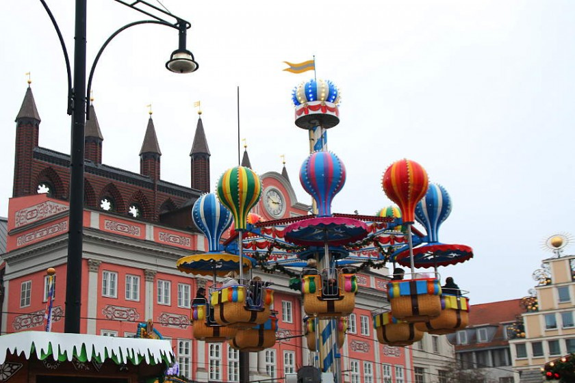 Niedliches Ballon-Karussel vor dem Rathaus auf dem Weihnachtsmarkt Rostock