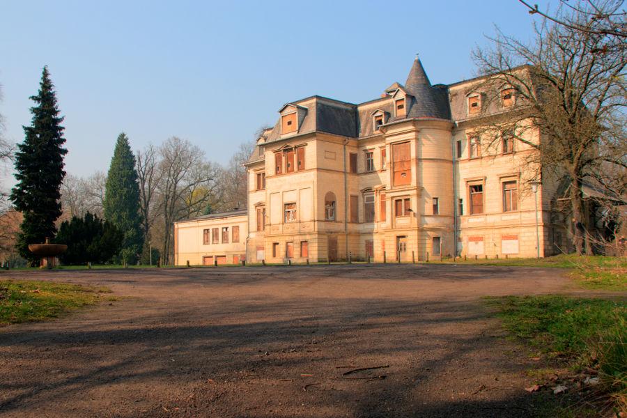 Im März übte ich mich erstmals in HDR-Fotografie. Als ein Motiv musste das Alte Schloss, ehemalige Poliklinik, in Tangerhütte herhalten.