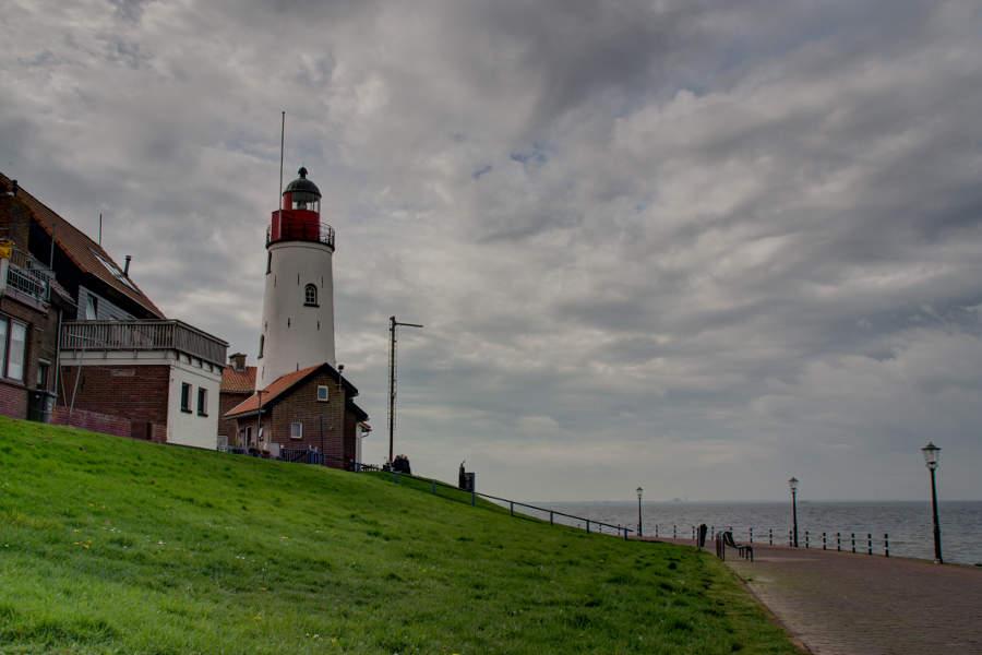 Eine Roadtrip als Hochzeitsreise? Warum nicht. Über die Niederlande ging es nach England. Unser erster Stopp war Urk am Ijsselmeer, hier der Leuchtturm.