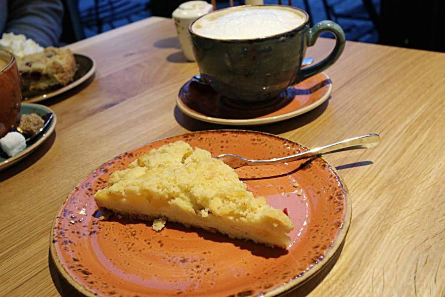 Apfelkuchen mit Milchkaffee zur Kaffeezeit in der Pechhütte