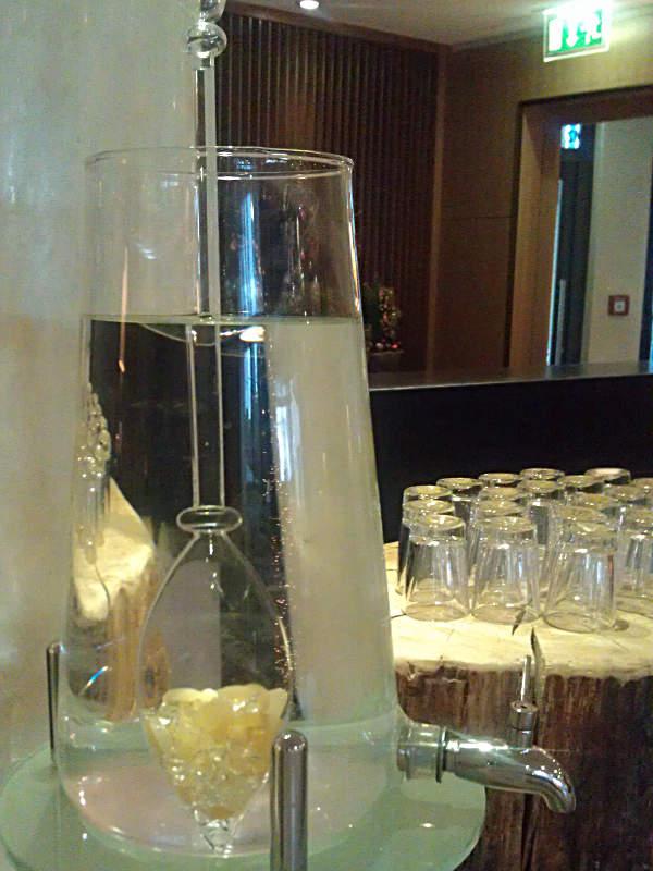 Wasser, aufgeladen mit bestimmten Heilsteinen