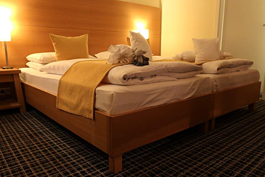 Viele Kissen machen das Bett im Hotel Esplanade gleich noch einmal so gemütlich