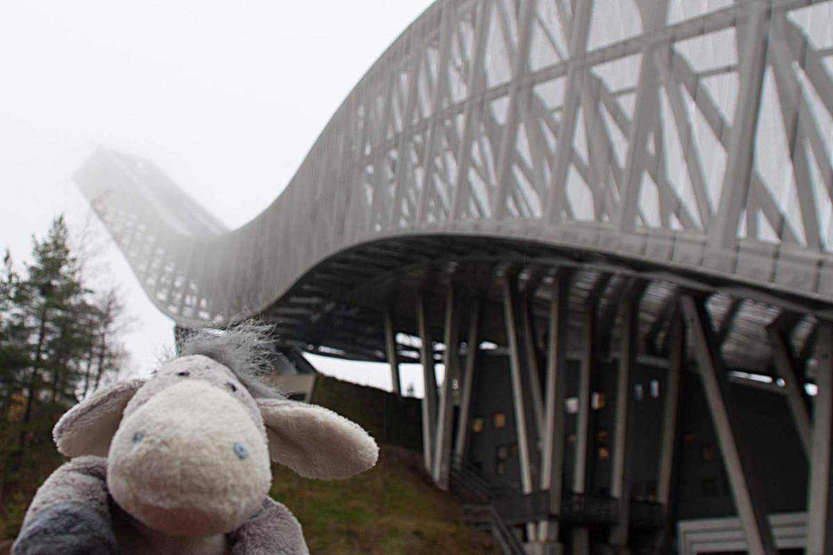 Der Esel unterwegs vor der Skisprungschanze am Holmenkollen in Oslo.