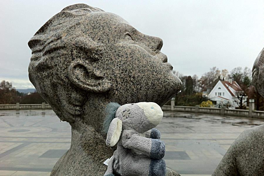 Was mag diese Figur denken? Der Esel versucht sich in Empathie im Vigeland-Park in Oslo.