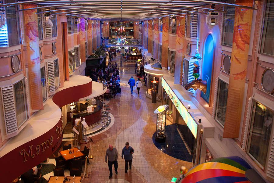 Blick auf die Promenade mit Restaurants und Shops